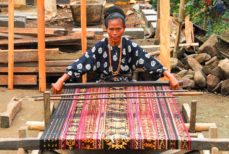 Tissu artisanal indonésien: l'ikat.